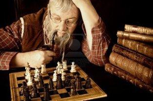 escena-de-un-anciano-pensando-en-su-proximo-movimiento-en-un-juego-de-ajedrez